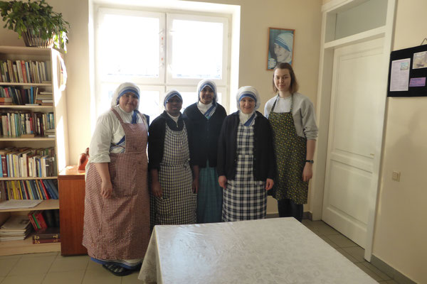 Greta Hartmann mit den Schwestern der Missionarinnen der Nächstenliebe in der Suppenküche
