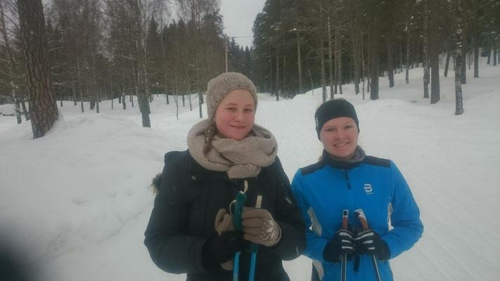 Charlotte und Tabea beim Skifahren