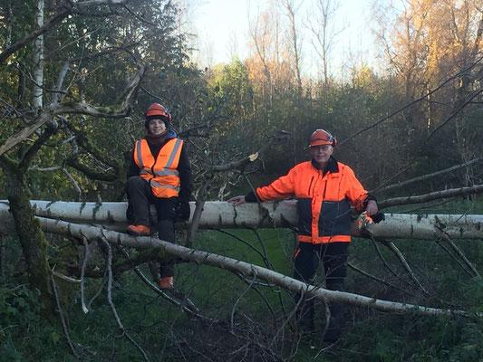 Marius Retka mit P.Philip Geister bei der Waldarbeit in Rögle