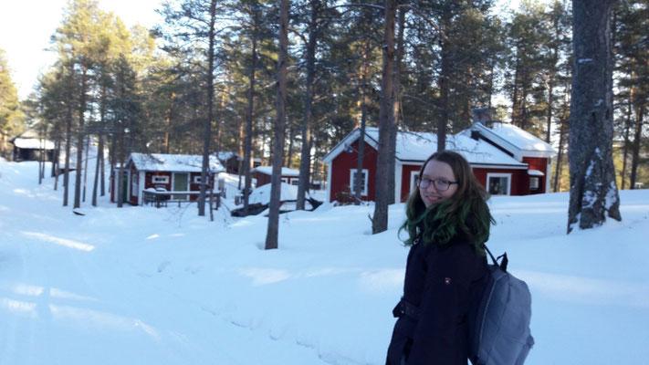 Lara auf dem Weg zur unterkunft in Kiruna