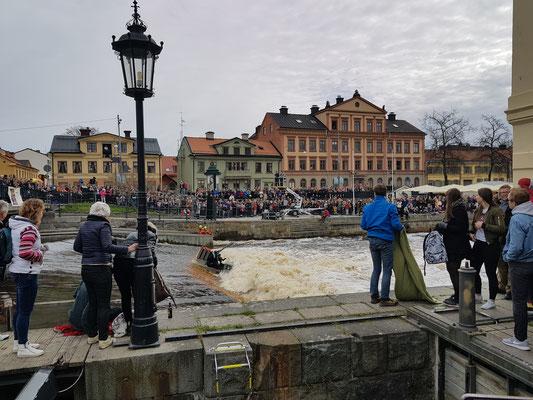 Beim Floßrennen in Uppsala geht es rasant zu