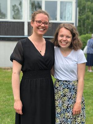 Mitpraktikantin Pauline (r.) und Catalina verabschieden sich vom Bischofsbüro