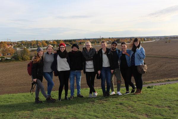 Auf einem der Grabhügel in Gamla Uppsala: Pia Wittek, Elisabeth Schwake, Studentin Barbara Nick, Marius Retka, Magdalena Kollbeck, Miriam Schmelz und drei Austauschstudenten aus den USA
