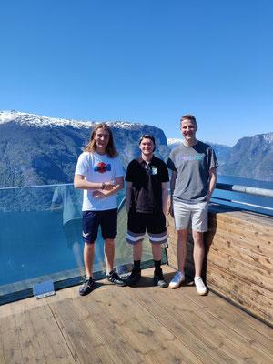 Jonas, Tim und Paul (v.l.) am Aussichtspunkt Stegastein (Foto: Lukas Lorf-Wollesen)