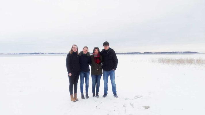 Beim Spaziergang: Anne Hemken, Maris Lohmöller, Raphaela Polk und Marcel Fischer auf dem zugefrorenen Vätternsee