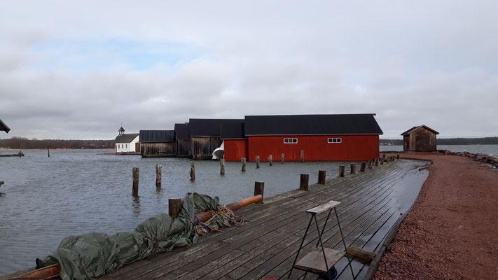 Bootshäuser und eine kleine Kapelle in Mariehamn, die Hauptstadt der Åland Inseln