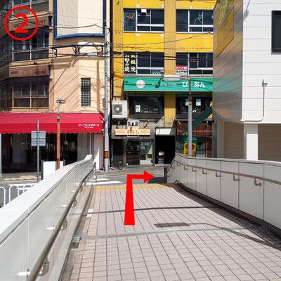 歩道橋を降りて右折。正面がポエム