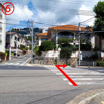 横断歩道を渡り右折