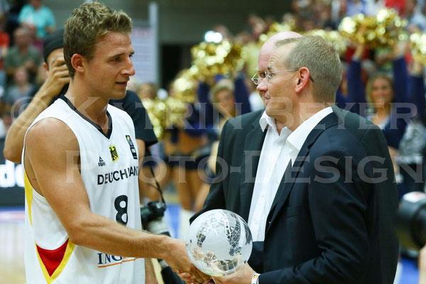 Heiko Schaffartzik nimmt den Supercup entgegen
