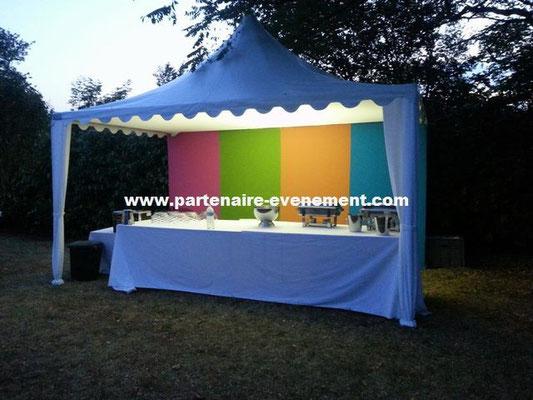 Tente buffet 5x5, vélum tendu, mur confectionné bayadère