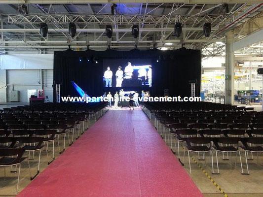 Habillage podium, chaises, moquette