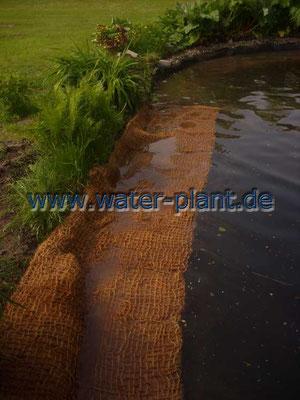 Gestaltung der Uferzone mit Pflanzmatten; gepflanzt wird nach dem Verlegen der Pflanzmatten