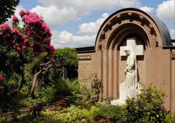 Trauernde mit Kreuz Hempel Bild: Susann Wuschko