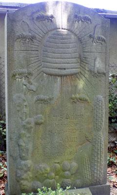 Grabmal mit Wespen Äußerer Plauenscher Freidhof Dresden Bild: Susann Wuschko