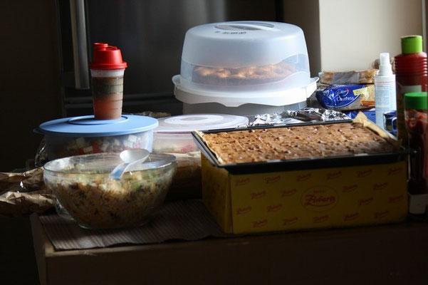 Unsere Besucher haben zahlreiche Salate und Kuchen mitgebracht. Es hat alles lecker geschmeckt und das ist das Schöne an so einem Treffen.