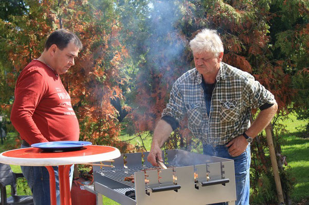 """Zwei """"Grillmeister"""" bei ihrer Arbeit  Pünktlich zur Mittagszeit haben wir uns das Essen schmecken lassen. Zu den Salaten gab es eine leckere Bratwurst und Nackensteaks."""