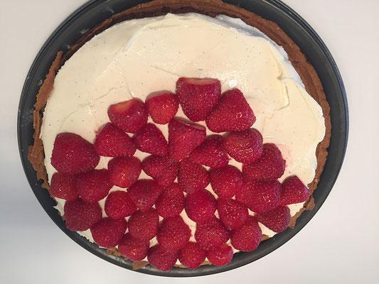 Tarte mit der Crème und den Erdbeeren belegen