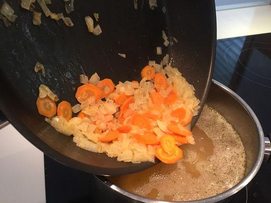 Das Gemüse zu den Kartoffeln geben