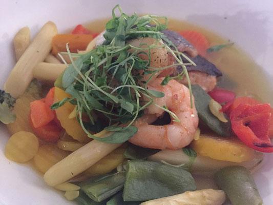 Meerfische, Krusten-  und Schalentiere auf Gemüse