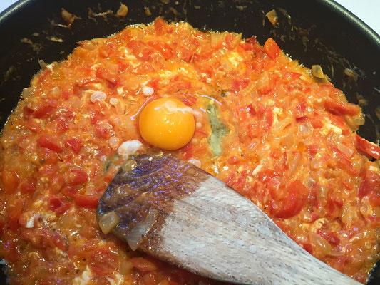 Das Ei und das Sonnenblumenöl unterrühren