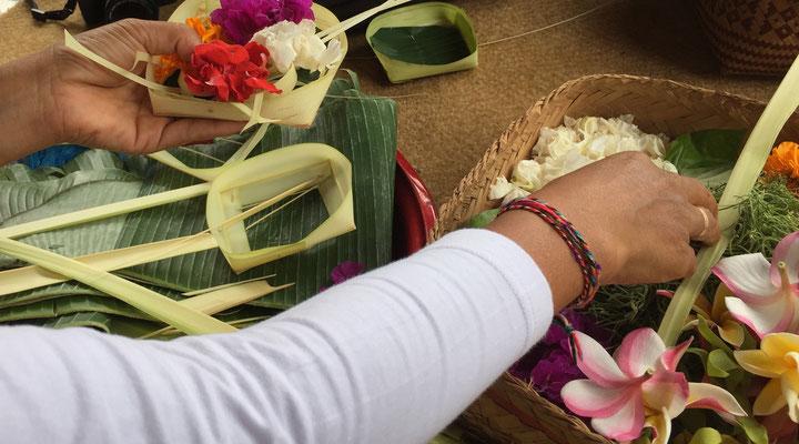 bali-zeremonir-gestecke