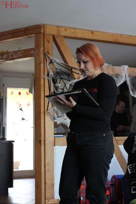 Angelika notiert die Ergebnisse der Basismessungen. #ghosthunters #paranormal #geist #ghost #spuk