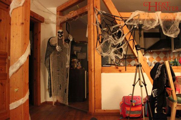 Der Küchenbereich, bereits für Halloween dekoriert. Hier kam es öfter zu Schattensichtungen. #ghosthunters #paranormal #ghost #geist #spuk