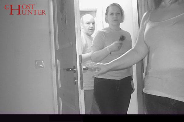 Die Gruppe betritt das Schlafzimmer zur ESP-Sitzung. #Ghosthunter #paranormal #EVP #Geist