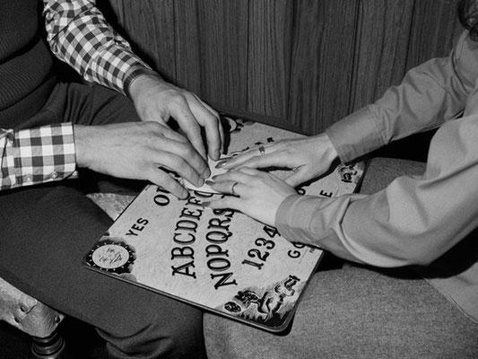 Ouija-Sitzung zu zweit, Bildquelle: www.smithsonianmag.com #Ouija #Medium #Spiritismus #paranormal