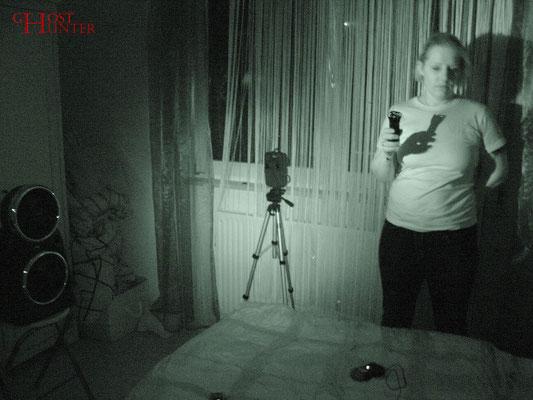 Angelika und N. haben erneut den Platz getauscht, nachdem N. wieder Kälte hinter sich spürte. #Ghosthunter #paranormal #EVP #Geist