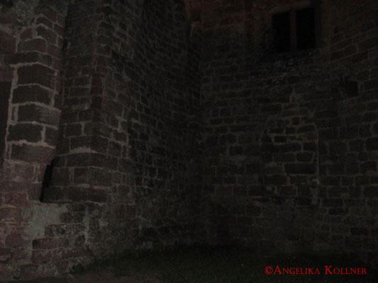 Während dieser ESP-Sitzung bei der Paranormal-Untersuchung auf Burg #Hohenecken, knipste ich einfach ins Dunkle. #Ghosthunters #paranormal