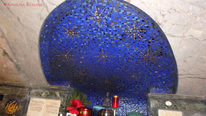 Im unteren Kellerteil erinnern die Wandmosaike an den wunderschönen Himmel des Mausoleums. #Mausoleum #Hauptfriedhof #Frankfurt #Ghosthunters