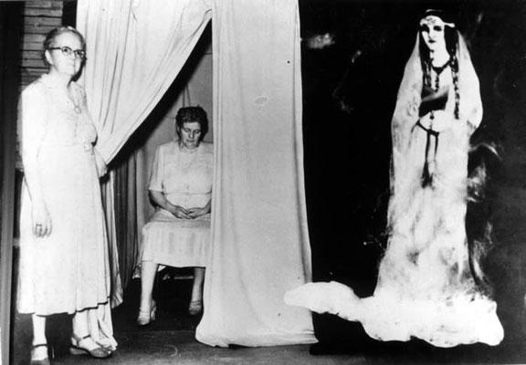 Ethel Post Parrish in ihrem Kabinett, während der (betrügerischen) Manifestation ihres Kontrollgeists Silver Bell. (Public Domain) #Kabinett #Spiritismus #Medium #paranormal