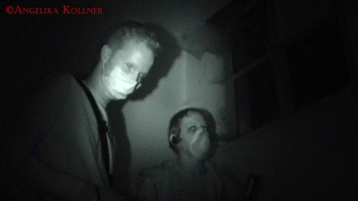 N. und Angelika während der zweiten ESP-Sitzung auf der Treppe zum EG. #Ghosthunter #Geisterjäger #paranormal #Ghost