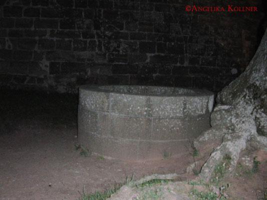 Aus diesem Brunnen der Burg #Hohenecken sollen angeblich schon Stimmen gehört worden sein. #Ghosthunters #paranormal