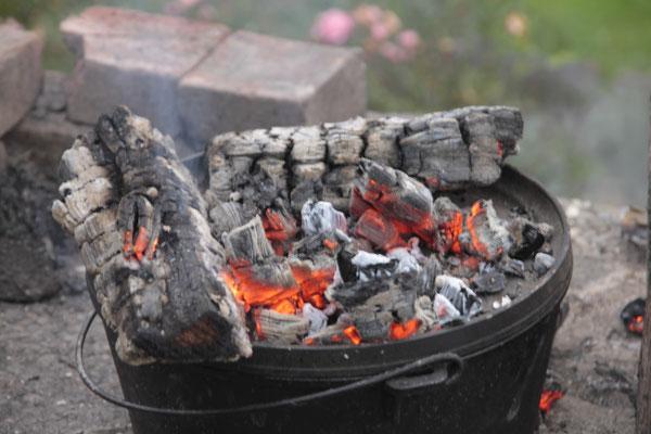 Im Herbst wird auch mal am offenen Feuer der Grillstelle gekocht