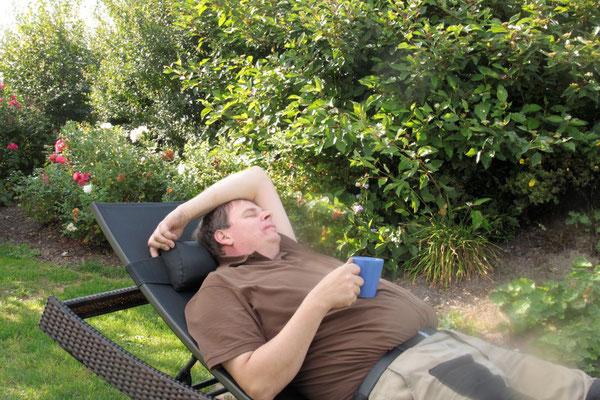Selbst der Bauer macht mal Pause im Garten - bei einer Tasse Cappuccino