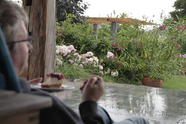 Wenn mal ein Regenschauer den Urlaub überkommt - ist die rettende Sommerküche mit einem Kaffee und einem Kuchen ein toller Ort.