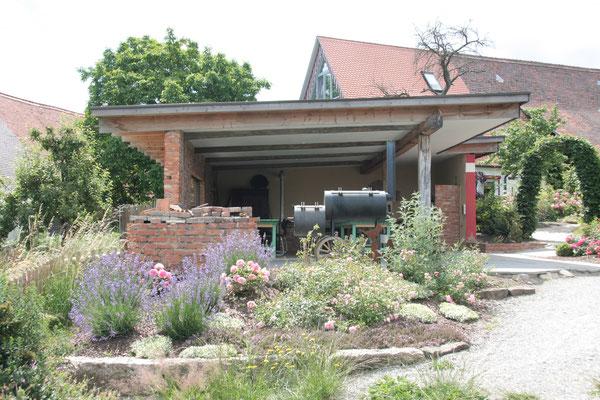 Vom Garten ein Blick Richtung Sommerküche