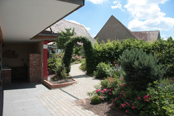 Der Boden als Tor für den Gästegereich. Ein blick von Garten Richtung Wohnungen