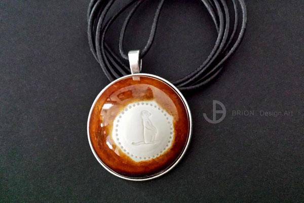 Kette Erdhörnchen, Porzellan, bernstein glänzend teilglasiert, Anhänger Antik Silber, Ziegenlederband (Muster)