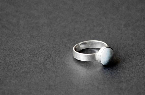 Ring Porzellan, matt/ blau eingefärbt, von Hand geschliffen, D 10mm, 925er Silber verstellbar, 39,00 im Schlemmerkeller Modau
