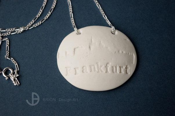 Kette Frankfurt, Porzellan unglasiert, Rückseite glasiert, handgestempelt, Figarokette 925er Silber