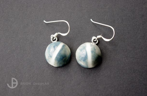 Ohrhaken Porzellan, halbrund, blau engobiert/ Mittelstreifen geritzt, transparent glasiert, 925er Silber, D 13mm