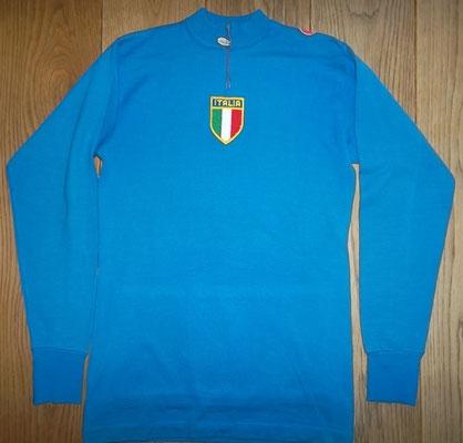 Nationaal team Itakie wielertrui 1983. Castelli 80% wol, maat 4 en 46 cm tussen de oksels. Mooie originele Azurri trui. Bij koop kost deze trui 75 trui