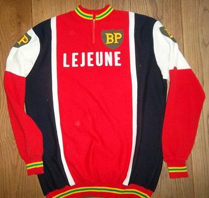 Lejeune - BP wielertrui 1977, label Tricot de Rocher maat 4, meet 54 cm tussen de oksels. Reparatie op schouder. Bij koop kost deze trui 60 euro
