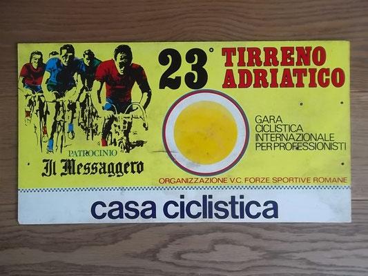 Bord ploegleiderswagen Tirreno Adriatico 1988. Deze editie werd gewonnen door Erich Maechler voor Sorensen en Vanderaerden. Bord kost bij verkoop 50 euro