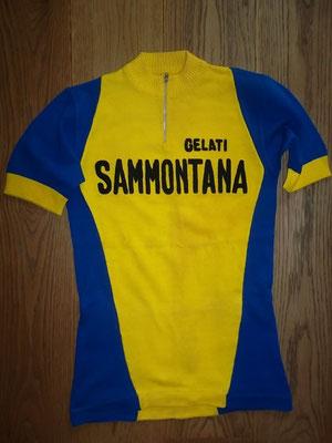 Sammontana Gelati wielertrui 1978, gelabeld maglicio Fiorella, wolmenging en geborduurde letters, 42 cm tussen de oksels. Bij koop kost deze koerstrui 75 euro