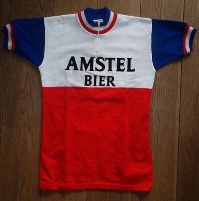 Amstel Bier 1982 wielertrui, Tricodnar label met initialen N B, maat L , 48 cm tussen de oksels, in goede staat endraagbare maat. Bij koop kost deze trui 80 euro