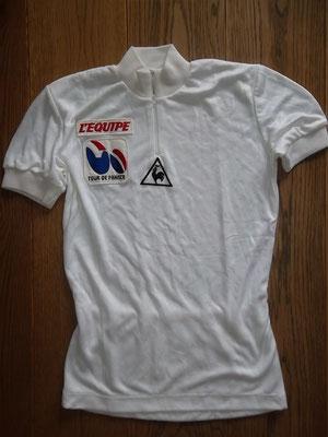 Witte trui voor beste jongere Tour de France 1984, label le Coq Sportif , 44 cm tussen de oksels, in goede staat  Bij koop kost deze trui 100 euro